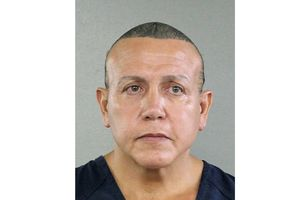 Cựu vũ công thoát y là nghi phạm gửi bom tới Obama, Clinton