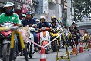 Rào chắn thu hẹp đường Kim Mã phục vụ thi công ga ngầm tuyến Metro
