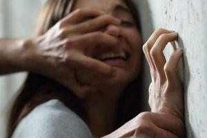 Sốc: Thiếu nữ 18 tuổi bị 8 gã đàn ông lôi vào bụi cây hãm hiếp