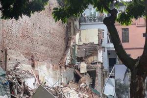NÓNG: Một ngôi nhà gần Hồ Gươm bất ngờ đổ sập gây tiếng nổ lớn