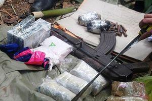 Cảnh sát nổ súng vây bắt nhóm buôn ma túy có súng AK và lựu đạn