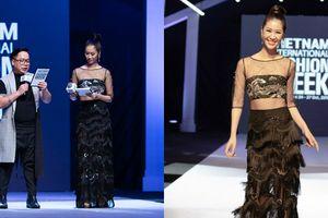 Dương Thùy Linh mặc váy xuyên thấu làm MC Tuần lễ thời trang