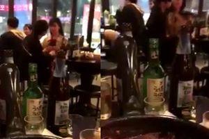 Nóng mắt vì clip chàng trai vô tư cởi áo, âu yếm bạn gái ở quán ăn Hàn