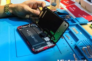 Soi 'nội thất' iPhone XR mới lên kệ ở Việt Nam