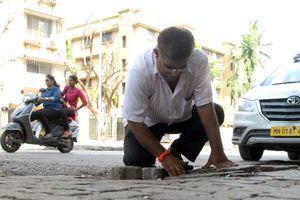 Ấn Độ: Người cha mất con tự bỏ tiền túi sửa đường