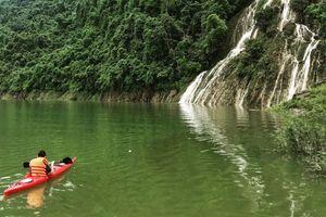 Bơi thuyền trên lòng hồ Na Hang giữa đại ngàn