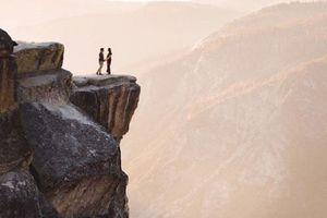 Cầu hôn lãng mạn bên vách đá, cặp đôi rơi xuống vực chết thảm