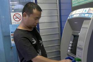 Hàng loạt khách hàng Vietinbank bị một kẻ dùng thiết bị đánh cắp mật khẩu thẻ ATM rút trộm tiền