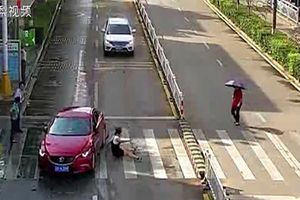 Thót tim clip người phụ nữ bị ô tô đâm văng khi sang đường