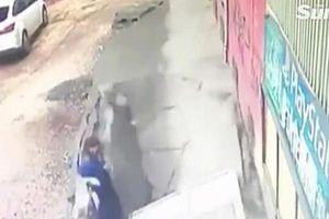 Đứng nói chuyện, hai người phụ nữ bất ngờ bị hố tử thần 'nuốt chửng'