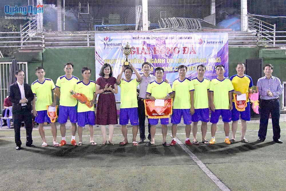 Đội bóng đá Sở VTTT&DL đoạt cúp vô địch Vietravel
