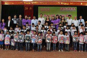 Phú Thọ: Hội khuyến học tỉnh trao 90 suất quà và học bổng tiếp sức học sinh nghèo đến trường