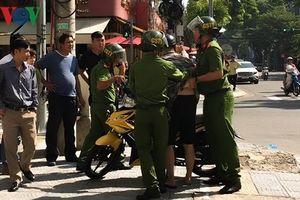 Tước bằng lái người đi xe máy bỏ chạy làm ngã xe cảnh sát tại Đà Nẵng