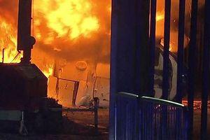 Cận cảnh chiếc trực thăng của chủ tịch Leicester City chìm trong biển lửa sau khi rơi xuống đất