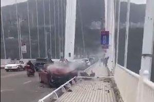 Xe buýt chở nhiều người rơi xuống sông Dương Tử ở Trung Quốc
