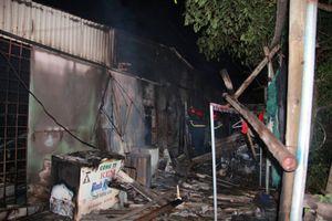 Chồng giận vợ đổ xăng đốt nhà, 3 người bỏng nặng