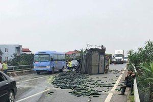 Xe tải đâm xe khách, cao tốc Nội Bài - Lào Cai ùn tắc kéo dài gần 20km