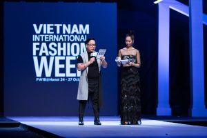 Hoa hậu Dương Thùy Linh mặc váy xuyên thấu, khoe 3 vòng gợi cảm