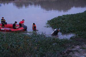 Thách nhau bơi qua sông sau khi ăn nhậu, một thợ hồ mất tích