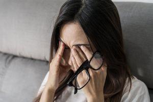 4 hậu quả tai hại của việc thường xuyên dụi mắt