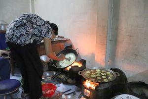 Bà My bánh khọt 'thấy ai nghèo khó là cho không lấy tiền' giữa Sài Gòn