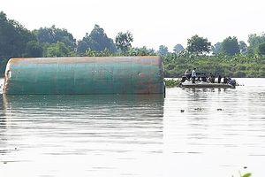Chìm sà lan trên sông Hậu, 2 mẹ con tử nạn