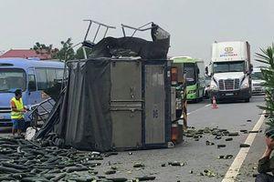 Xe tải lật trên cao tốc Nội Bài- Lào Cai sau cú va chạm xe khách