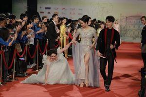 Nhật Kim Anh vấp ngã trên thảm đỏ Liên hoan phim Quốc tế Hà Nội