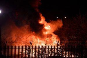 Cận cảnh máy bay của ông chủ CLB Leicester bốc cháy dữ dội