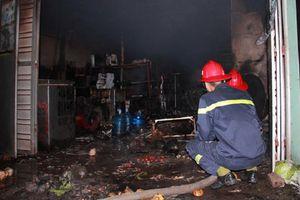 Mâu thuẫn với vợ, chồng đổ xăng đốt nhà khiến 3 người bỏng nặng