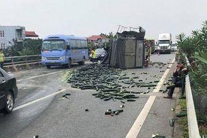 Xe tải chở bí xanh lật nghiêng sau va chạm với xe khách, cao tốc Nội Bài - Lào Cai ách tắc hàng chục km