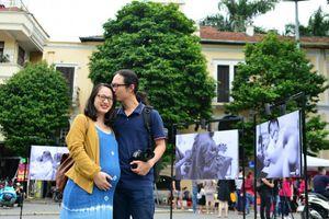 Gần 100 bức ảnh 'vượt cạn' được trưng bày ở phố đi bộ hồ Gươm