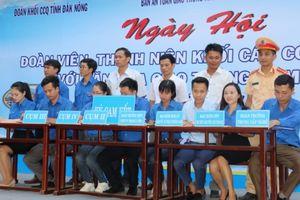 Hàng trăm thanh niên cam kết tham gia giao thông có văn hóa