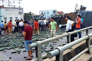 Xe tải đâm đuôi xe khách trên cao tốc Nội Bài-Lào Cai, tài xế và phụ xe bị thương