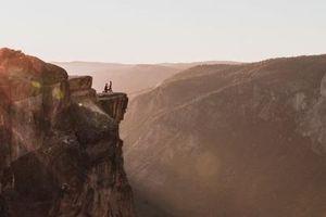 Cặp đôi rơi xuống vực chết thảm vì cầu hôn lãng mạn bên vách núi