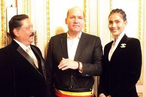 Trương Thị May tặng quà đặc biệt cho thị trưởng thủ đô Brussels, Bỉ