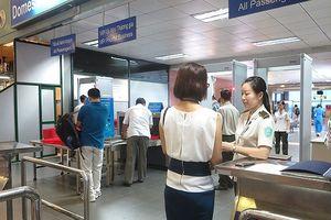 Hai nhân viên hàng không hợp mưu 'nhặt' Macbook của khách