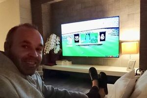 Iniesta bật tivi xem Barcelona hủy diệt Real Madrid