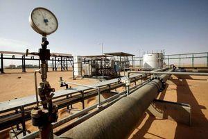 Giá dầu giảm nhẹ, ghi nhận tháng lao dốc mạnh nhất hơn 2 năm qua