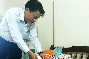 CĐ Ngành giáo dục tỉnh Kon Tum: Trao tiền hỗ trợ cho đoàn viện bị bệnh hiểm nghèo