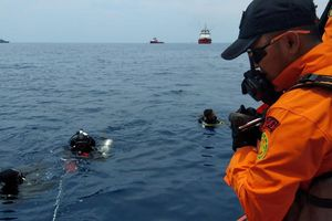 Indonesia mở chiến dịch tìm kiếm cứu nạn vụ máy bay rơi