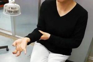 Bị liệt các ngón tay vì chơi điện thoại liên tục 1 tuần