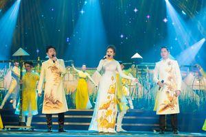 Minh Luân trổ tài hát hai thứ tiếng tại 'Liên hoan phim Quốc tế Hà Nội'