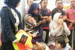 Indonesia: Máy bay chở 188 người rơi xuống biển, người thân hành khách khóc ngất