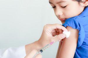 Cách hạ sốt đối với trẻ sau tiêm
