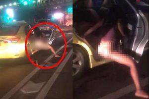 CLIP: Đang dừng đèn đỏ, cô gái hồn nhiên mở cửa ô tô đi vệ sinh xuống đường