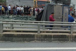 Xe tải lật sau đâm xe khách, cao tốc Nội Bài-Lào Cai ùn tắc