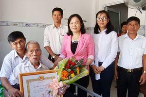 Trao Huy hiệu 70 năm tuổi Đảng cho đồng chí Thái Đình Kỳ