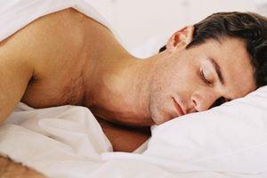 Nam giới ngủ khỏa thân tốt cho 'chuyện ấy'