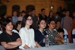 Ngô Thanh Vân xin lỗi vì không kịp thay áo dài giao lưu với khán giả